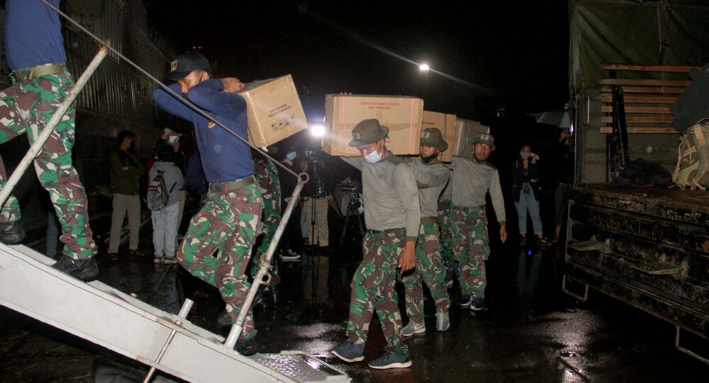 Marines ładują zapasy i sprzęt na statek w celu operacji poszukiwawczo-ratowniczej podczas lotu Sriwijaya Air SJY182 w Dżakarcie w Indonezji.