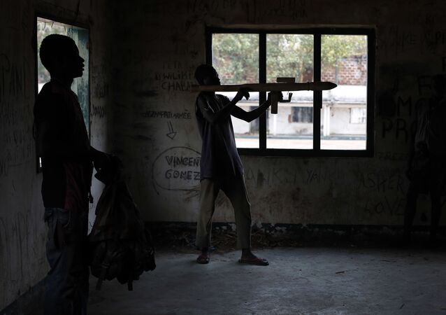 Kadeci Środkowoafrykańskich Sił Zbrojnych podczas ćwiczeń w obozie szkoleniowym.