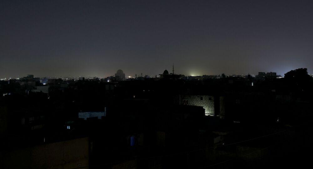 Ogólny widok dzielnicy mieszkalnej jest widoczny podczas przerwy w dostawie prądu w Karaczi w Pakistanie 10 stycznia 2021 r.