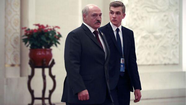 Prezydent Białorusi Aleksandr Łukaszenka z synem Nikołajem. - Sputnik Polska