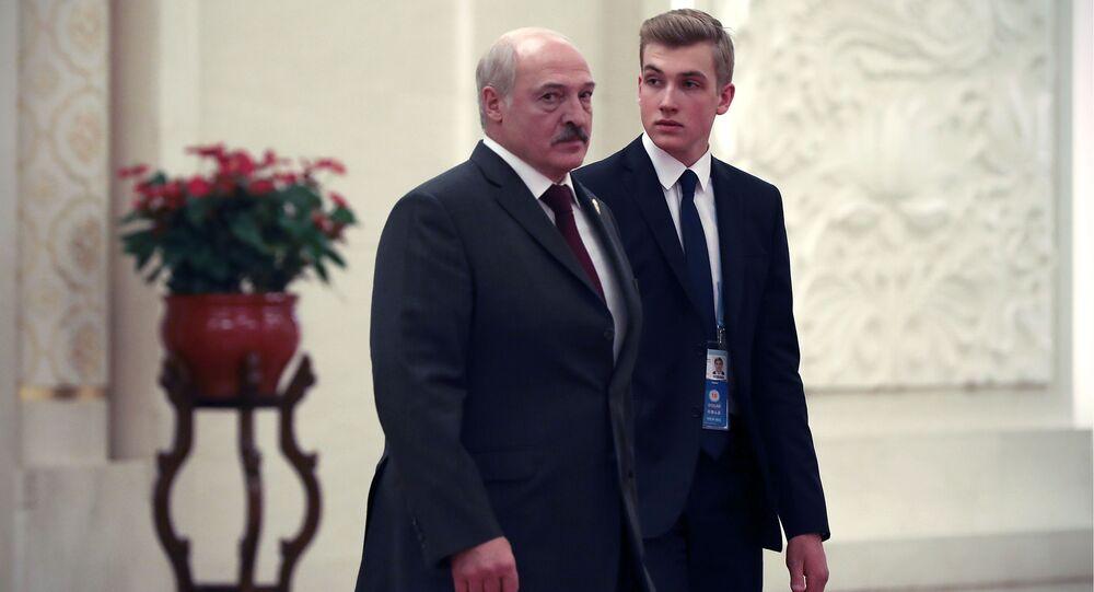 Prezydent Białorusi Aleksandr Łukaszenka z synem Nikołajem.
