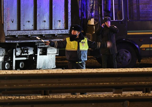 Na miejscu wypadku na 28 kilometrze autostrady Noworiżskoje, gdzie ciężarówka wjechała w jeden z czterech autobusów wojskowych