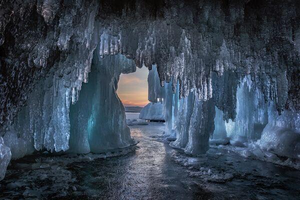 Dmitrij Arkipow Jaskinia lodowa nad jeziorem Bajkał - Sputnik Polska