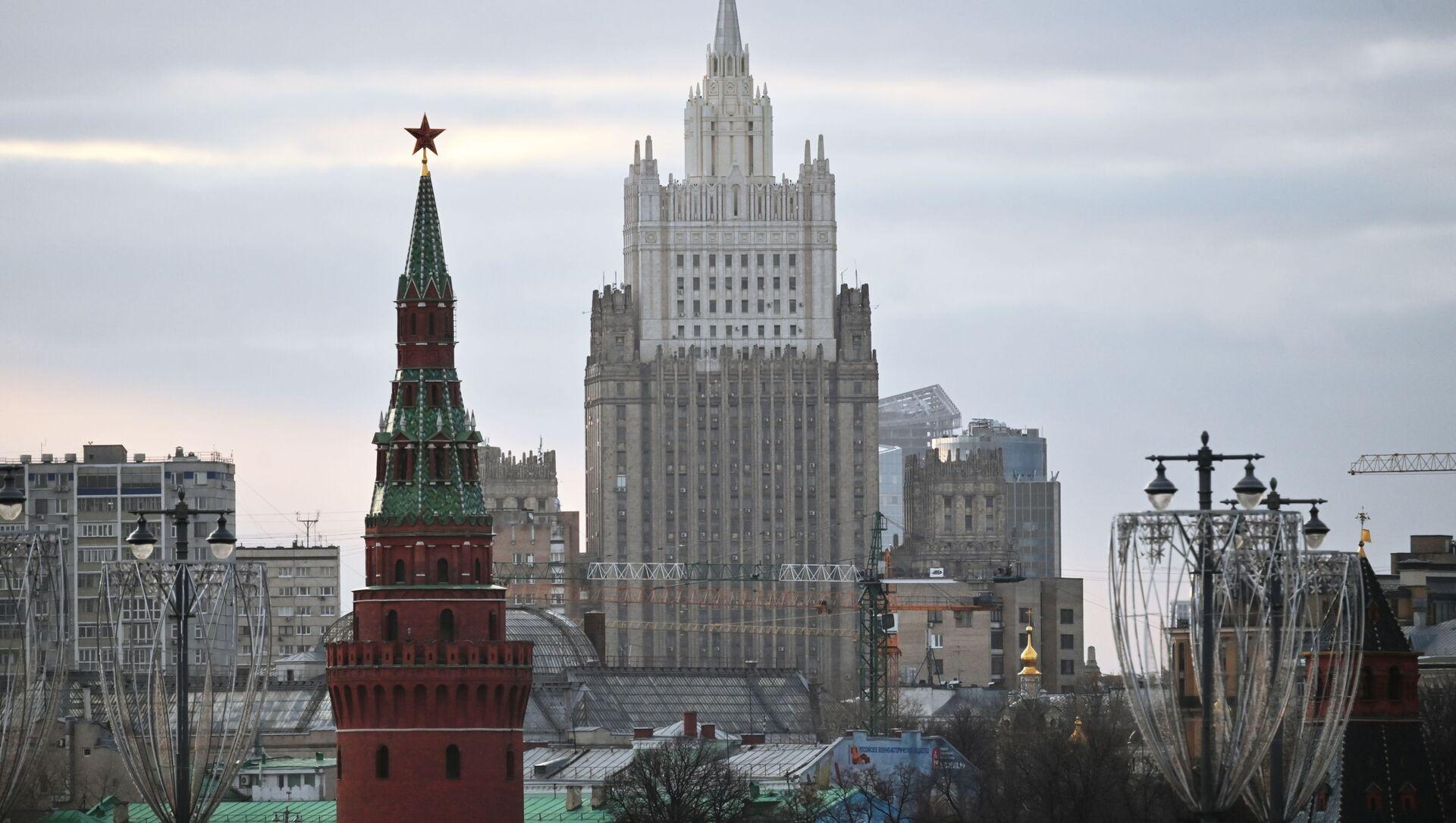 Budynek Ministerstwa Spraw Zagranicznych Federacji Rosyjskiej i Wieża Wodowzwodnaja Moskiewskiego Kremla - Sputnik Polska, 1920, 16.04.2021