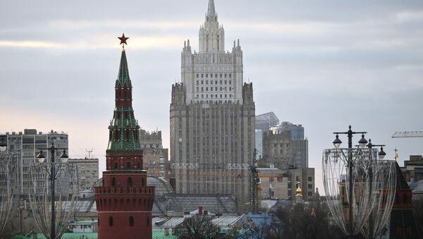 Budynek Ministerstwa Spraw Zagranicznych Federacji Rosyjskiej i Wieża Wodowzwodnaja Moskiewskiego Kremla - Sputnik Polska