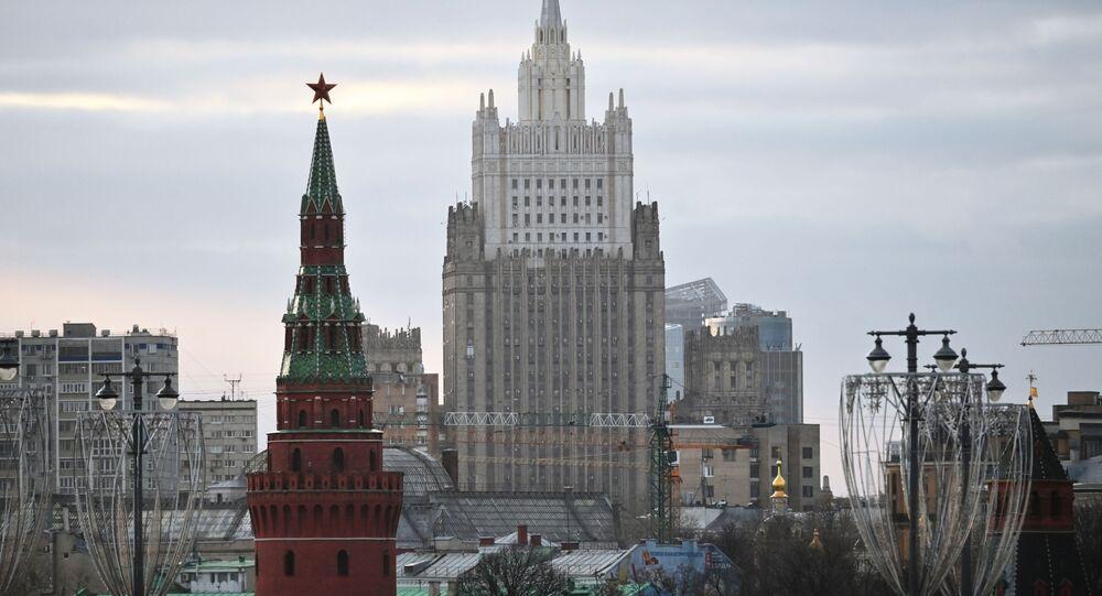 Budynek Ministerstwa Spraw Zagranicznych Federacji Rosyjskiej i Wieża Wodowzwodnaja Moskiewskiego Kremla