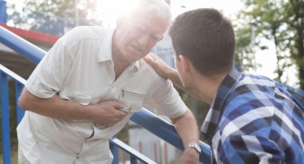 Głównymi objawami zawału serca są silny ból i uczucie ucisku w klatce piersiowej.
