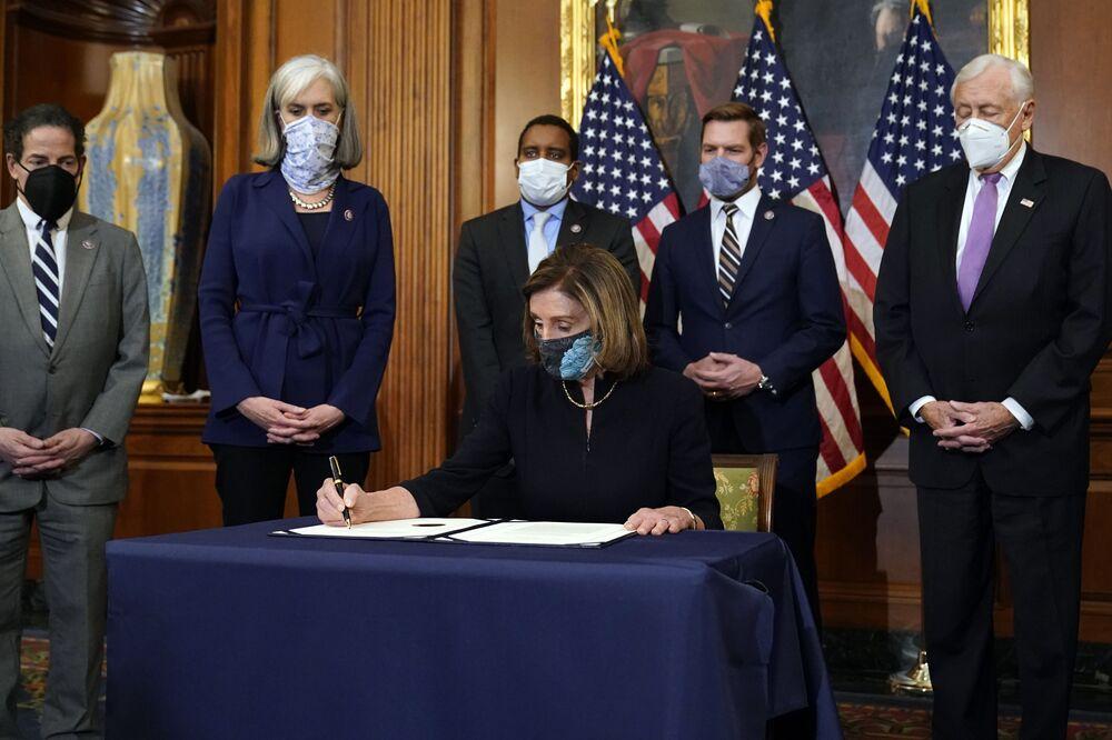 Spiker Izby Reprezentantów Stanów Zjednoczonych Nancy Pelosi podpisuje artykuł impeachmentu prezydenta Donalda Trumpa