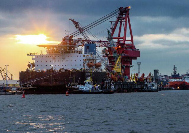 """Statek do układania rur """"Fortuna"""" w niemieckim porcie Wismar"""