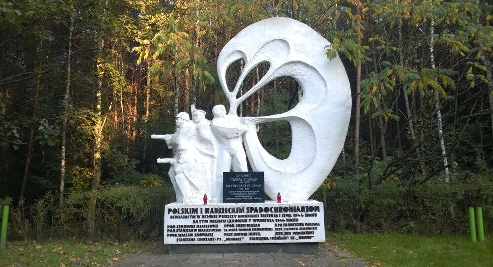 Pomnik polskich i radzieckich spadochroniarzy w Sokołowie