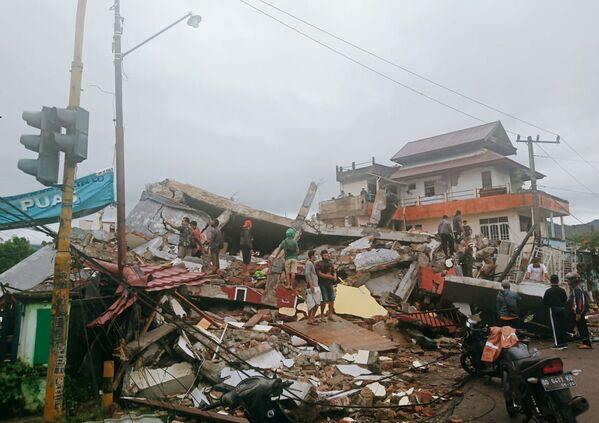 Akcja ratunkowa na miejscu trzęsienia ziemi w mieście Mamuju w Indonezji - Sputnik Polska