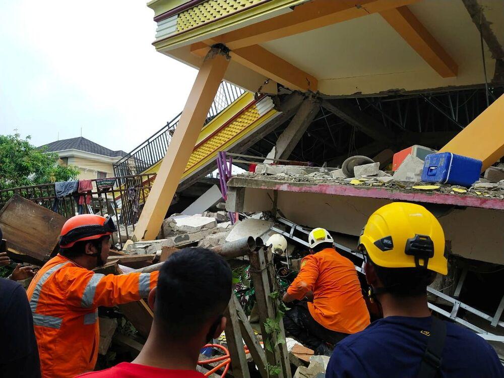 Akcja ratunkowa na miejscu trzęsienia ziemi w mieście Mamuju w Indonezji
