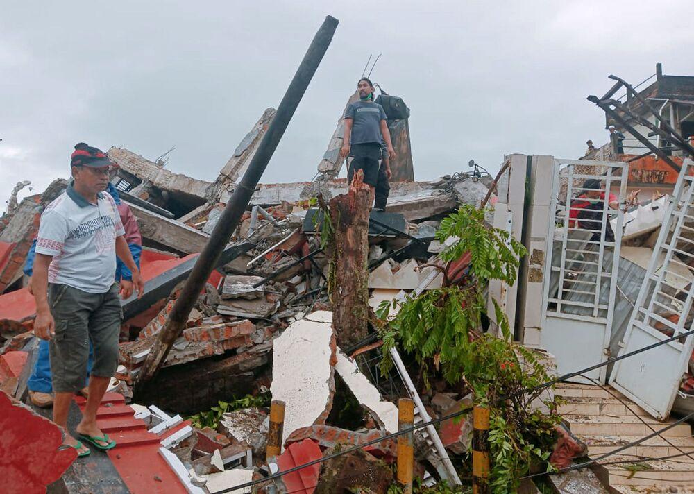 Skutki trzęsienia ziemi w mieście Mamuju w Indonezji