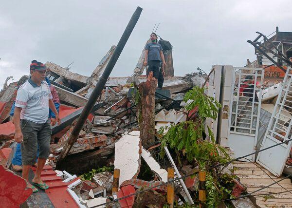 Skutki trzęsienia ziemi w mieście Mamuju w Indonezji - Sputnik Polska