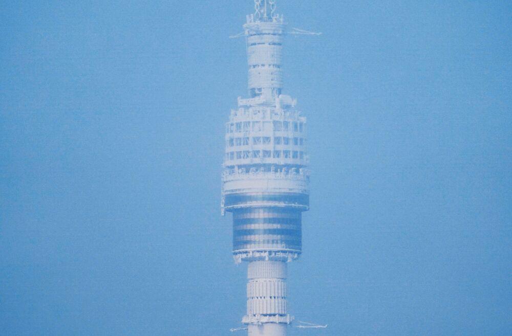 Pokryta lodem wieża telewizyjna Ostankino