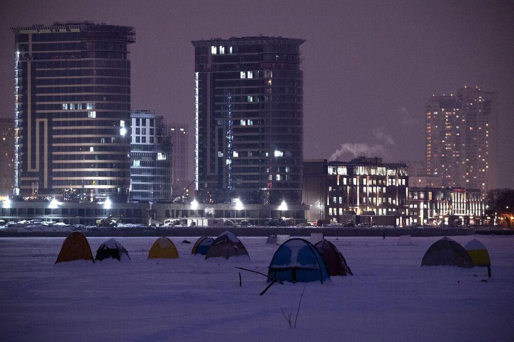 Namioty rybackie na lodzie zbiornika Chimki w Moskwie