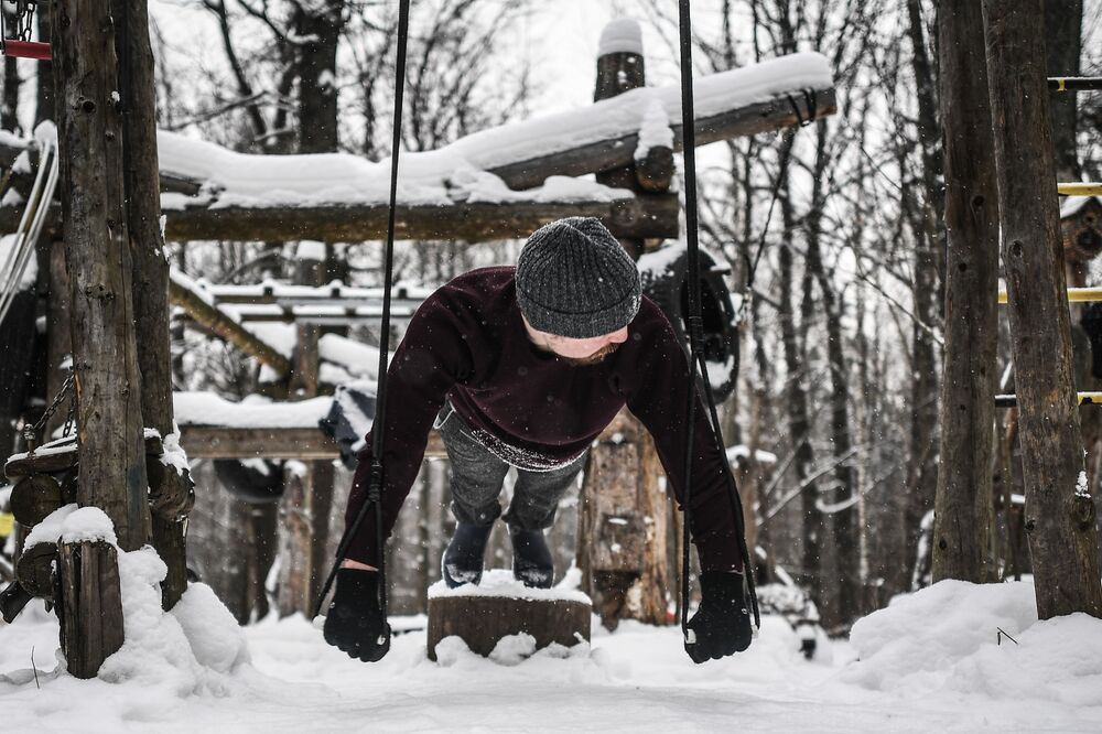 Chłopak trenuje w moskiewskim parku