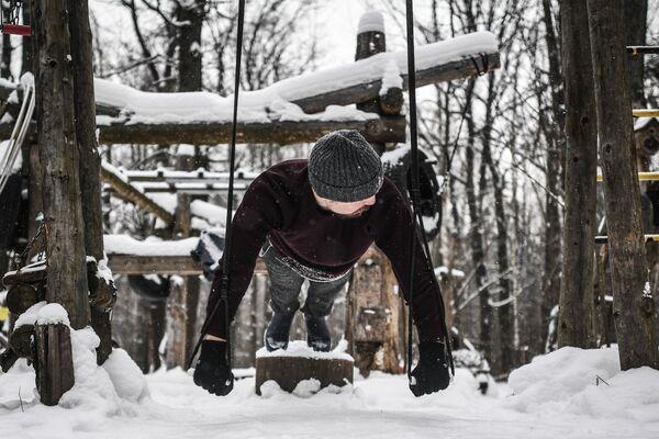 Chłopak trenuje w moskiewskim parku  - Sputnik Polska