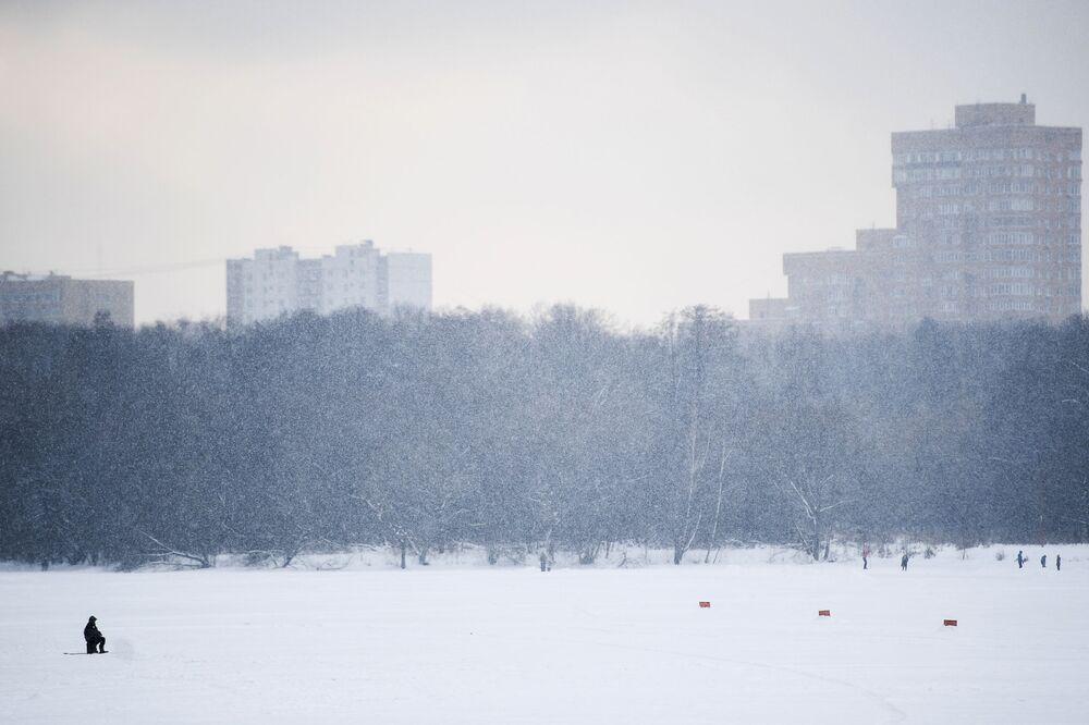 Rybak w moskiewskim parku