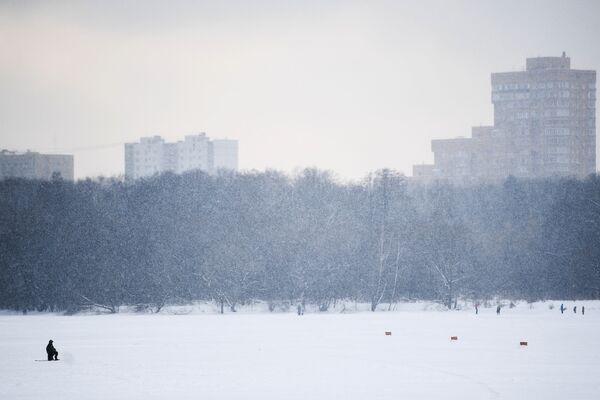 Rybak w moskiewskim parku  - Sputnik Polska