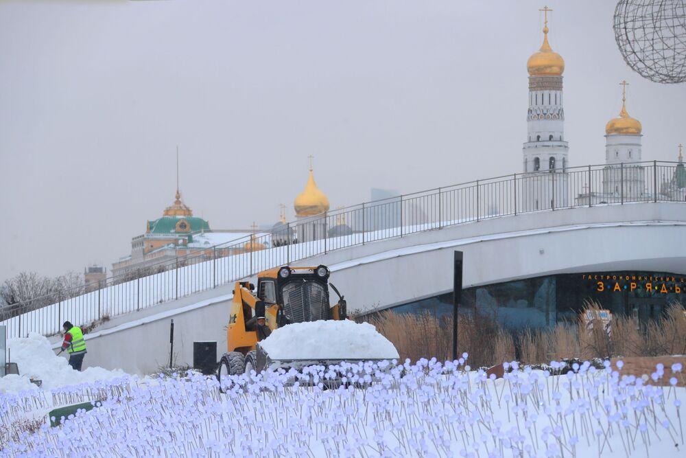 Sprzęt do odśnieżania w moskiewskim parku