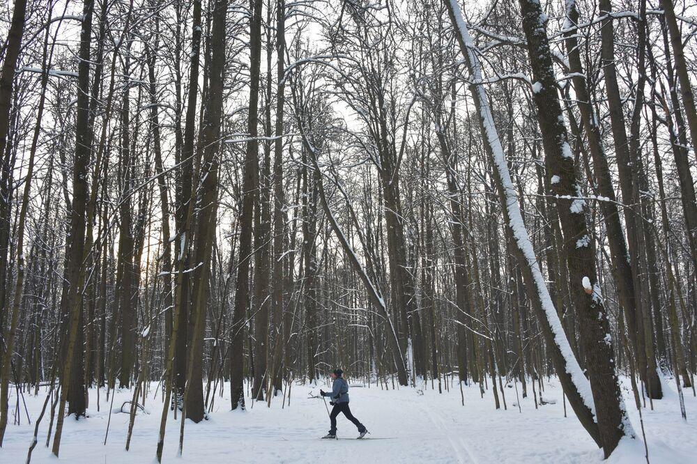 Dziewczyna na nartach w Parku Izmajłowskim w Moskwie