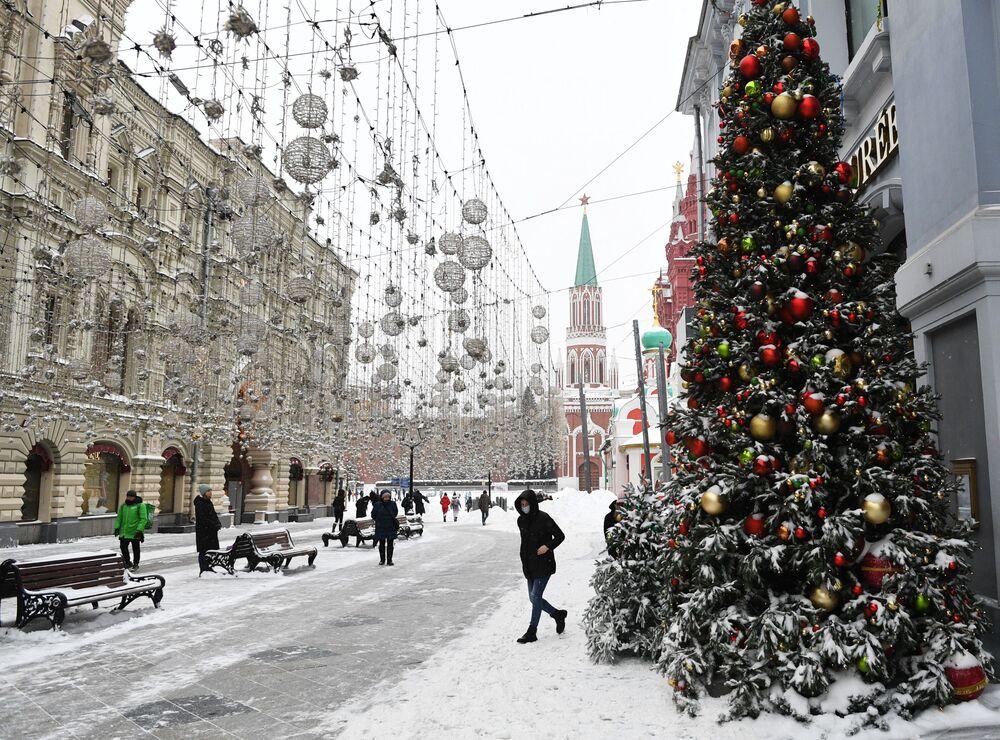 Przechodnie na zaśnieżonej ulicy Nikolskiej w Moskwie
