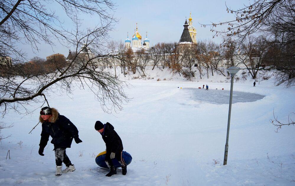 Zabawy na śniegu obok Monasteru Nowospasskiego