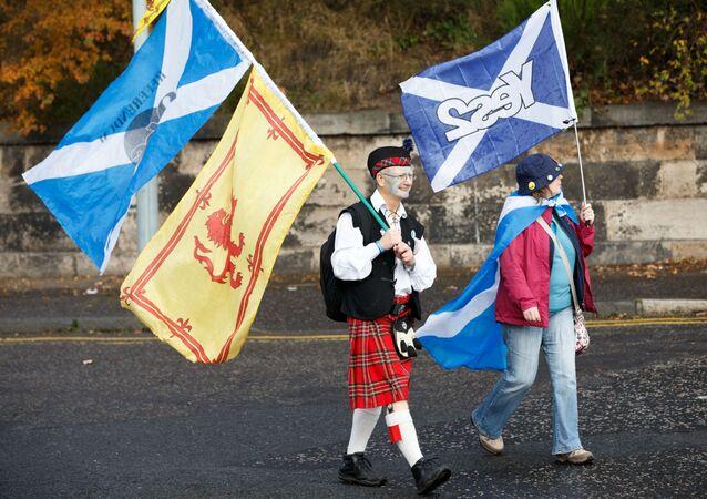 Uczestnicy marszu w Edynburgu na rzecz niepodległości Szkocji. Zdjęcie archiwalne.