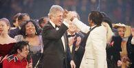 Prezydent elekt Bill Clinton przybija piątkę Chuckowi Berry'emu podczas finału Gali Prezydenckiej w Capital Center w Landover,  19 stycznia 1993 roku. Po lewej stronie Michael Jackson i Chelsea Clinton