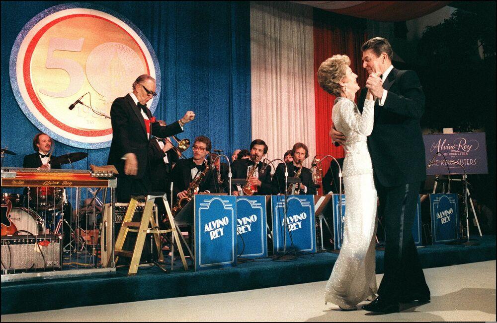 Ronald Reagan tańczy z żoną Nancy