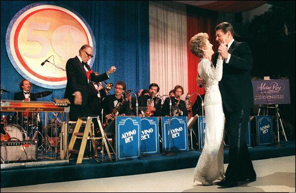 Ronald Reagan tańczy z żoną Nancy  - Sputnik Polska