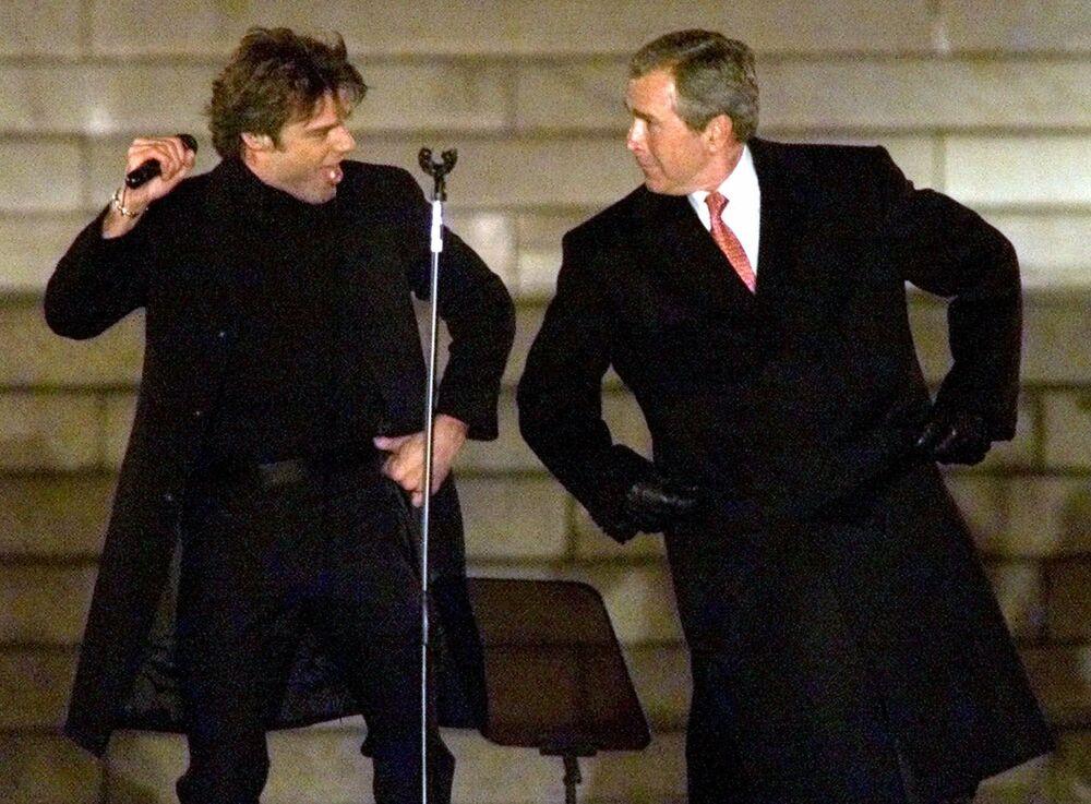 George W. Bush tańczy z piosenkarzem Rickym Martinem