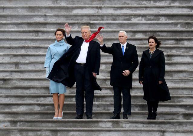 Obecny prezydent USA Donald Trump, pierwsza dama USA Melania Trump i wiceprezydent USA Mike Pence z żoną Karen