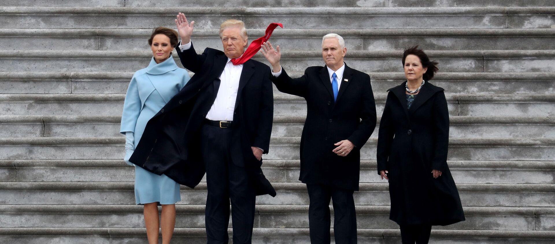 Obecny prezydent USA Donald Trump, pierwsza dama USA Melania Trump i wiceprezydent USA Mike Pence z żoną Karen - Sputnik Polska, 1920, 27.01.2021