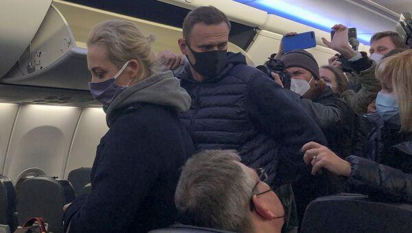 Aleksiej Nawalny z żoną w samolocie, którym przyleciał z Berlina do Moskwy - Sputnik Polska