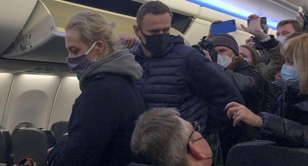 Aleksiej Nawalny z żoną w samolocie, którym przyleciał z Berlina do Moskwy