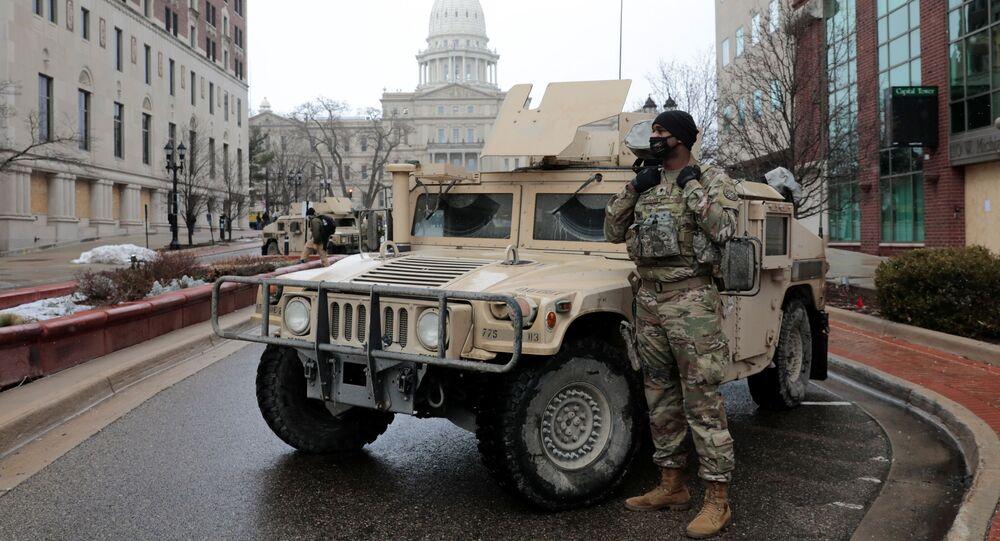 Gwardia Narodowa przy budynku parlamentu w Michigan.