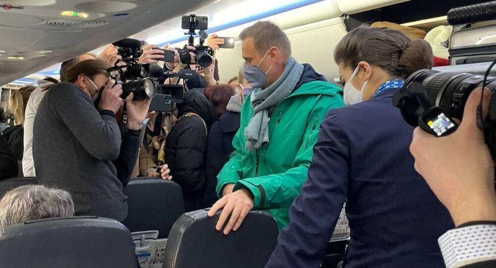 Aleksiej Nawalny na pokładzie samolotu linii lotniczych Pobieda