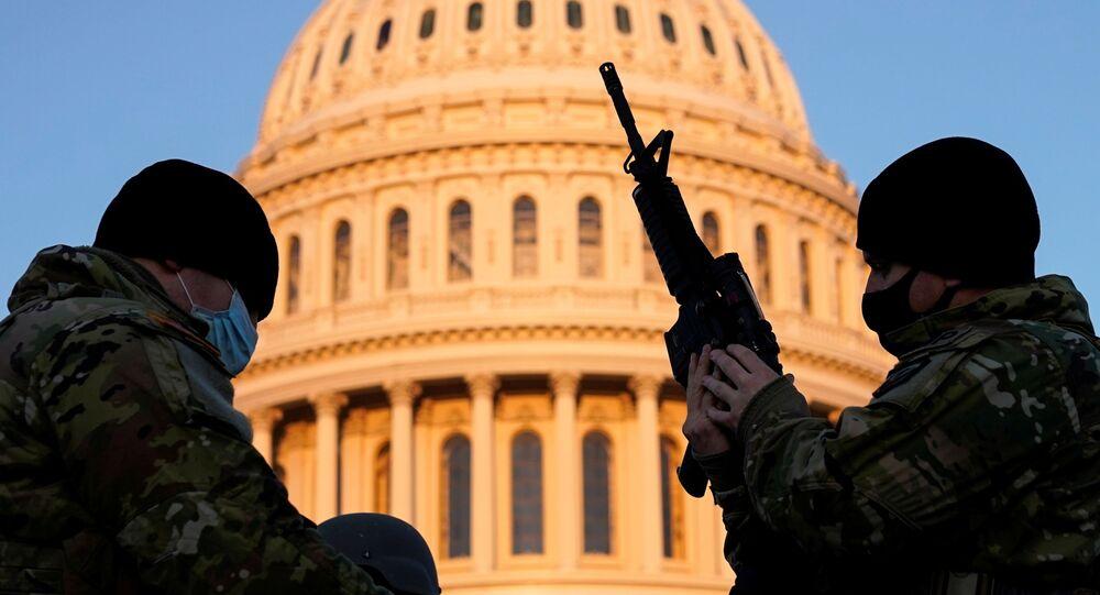 Gwardziści Gwardii Narodowej przed gmachem Kapitolu w Waszyngtonie