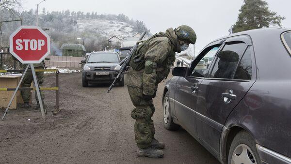 Punkt kontrolny rosyjskich sił pokojowych na drodze ze Stepanakerty do Laçın. - Sputnik Polska