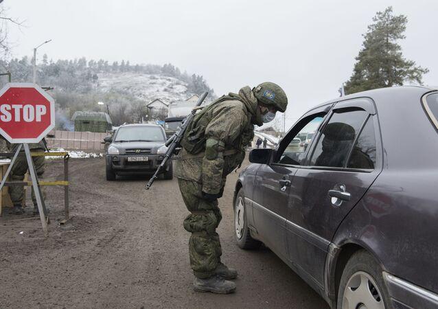Punkt kontrolny rosyjskich sił pokojowych na drodze ze Stepanakerty do Laçın.