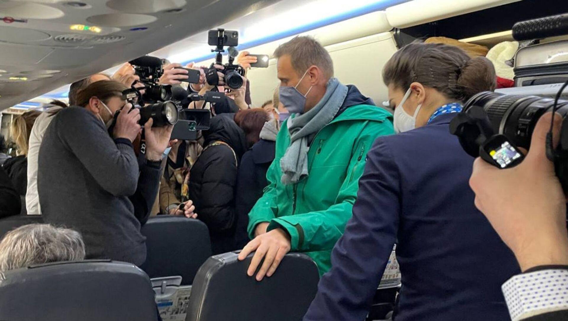 Aleksiej Nawalny na pokładzie samolotu, którym przyleciał z Berlina do Moskwy - Sputnik Polska, 1920, 03.02.2021