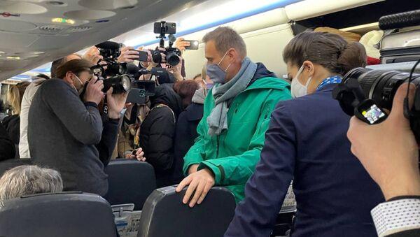 Aleksiej Nawalny na pokładzie samolotu, którym przyleciał z Berlina do Moskwy - Sputnik Polska