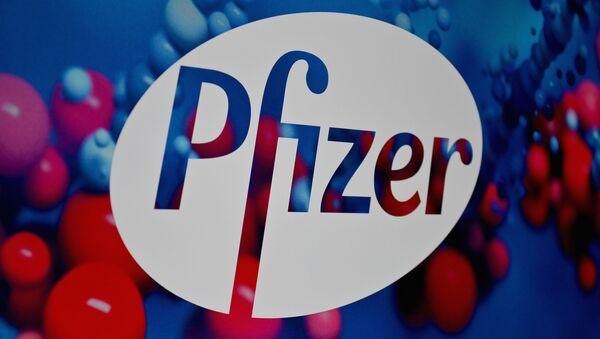 Logo amerykańskiego koncernu Pfizer - Sputnik Polska