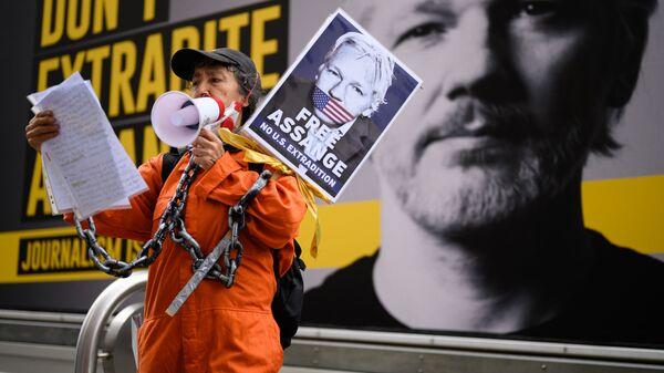 Zwolenniczka Assange'a w Londynie - Sputnik Polska