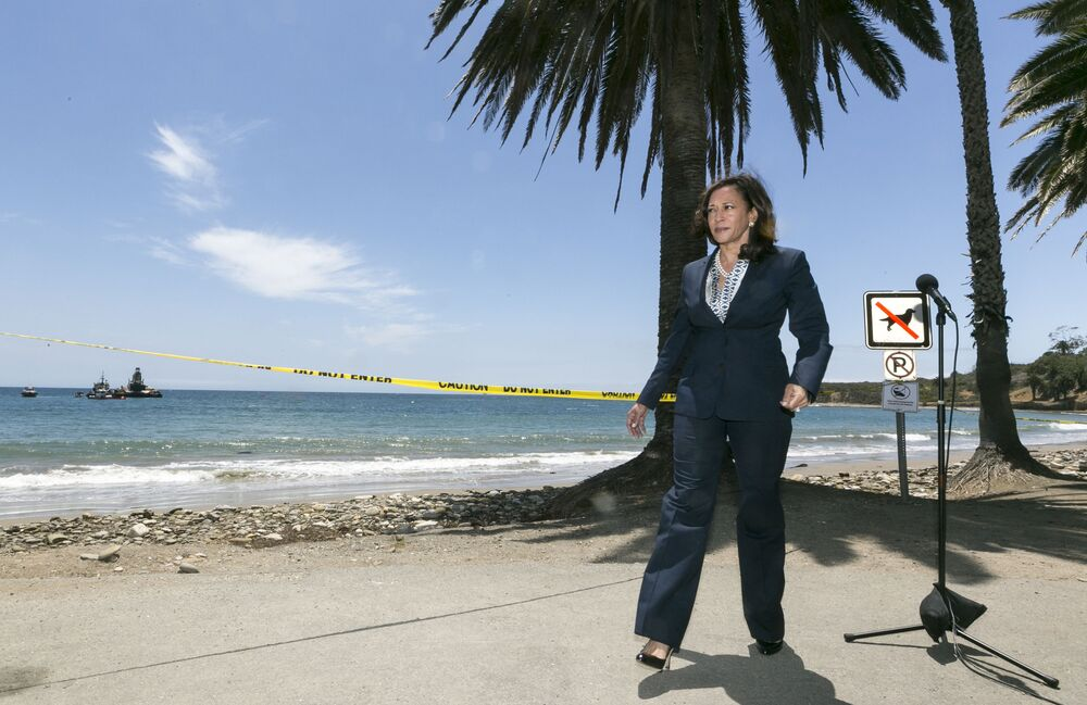 Kamala Harris w ciemnoniebieskim garniturze w Kalifornii