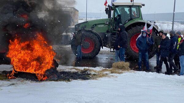 Protesty AgroUnii. Rolnicy zablokowali rondo w Strykowie i napisali list do premiera  - Sputnik Polska