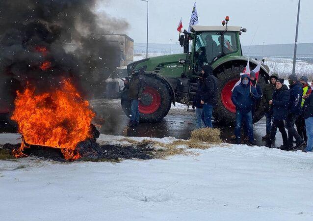Protesty AgroUnii. Rolnicy zablokowali rondo w Strykowie i napisali list do premiera