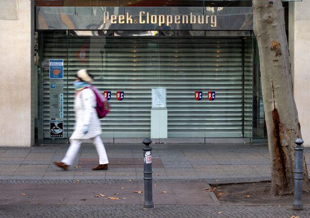 Zamknięty sklep przy ulicy Tauenzienstrasse w Berlinie podczas ogólnokrajowego lockdownu w Niemczech